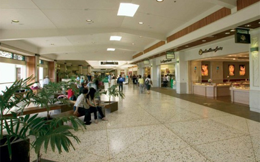 photo of shops in the Honolulu airport